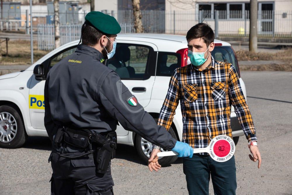 图集丨镜头下疫情扩大的意大利:空空如也的街道和超市货架