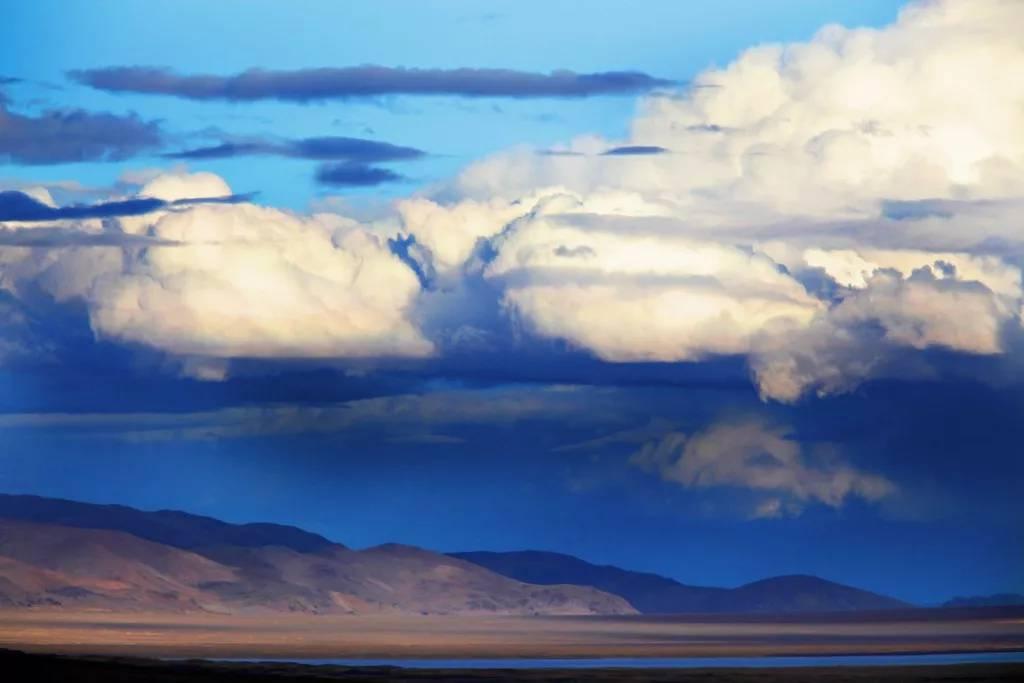 西藏第三大湖扎日南木措,有着绝世的美妙线条