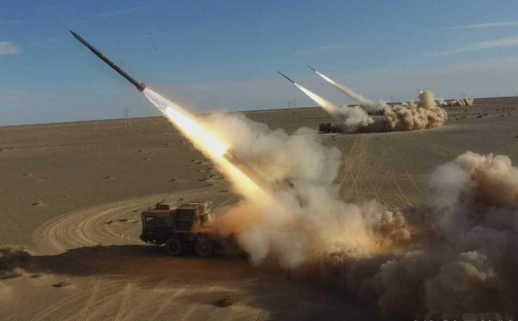 卫士-1火箭炮对轰俄式弹道导弹:崩飞26000钢珠暴雨横扫导弹阵地