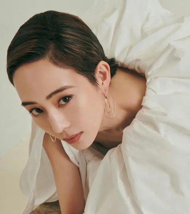 原创             张钧甯拍摄写真,身穿撞色蝴蝶结薄纱裙出镜,身材曼妙优雅大方