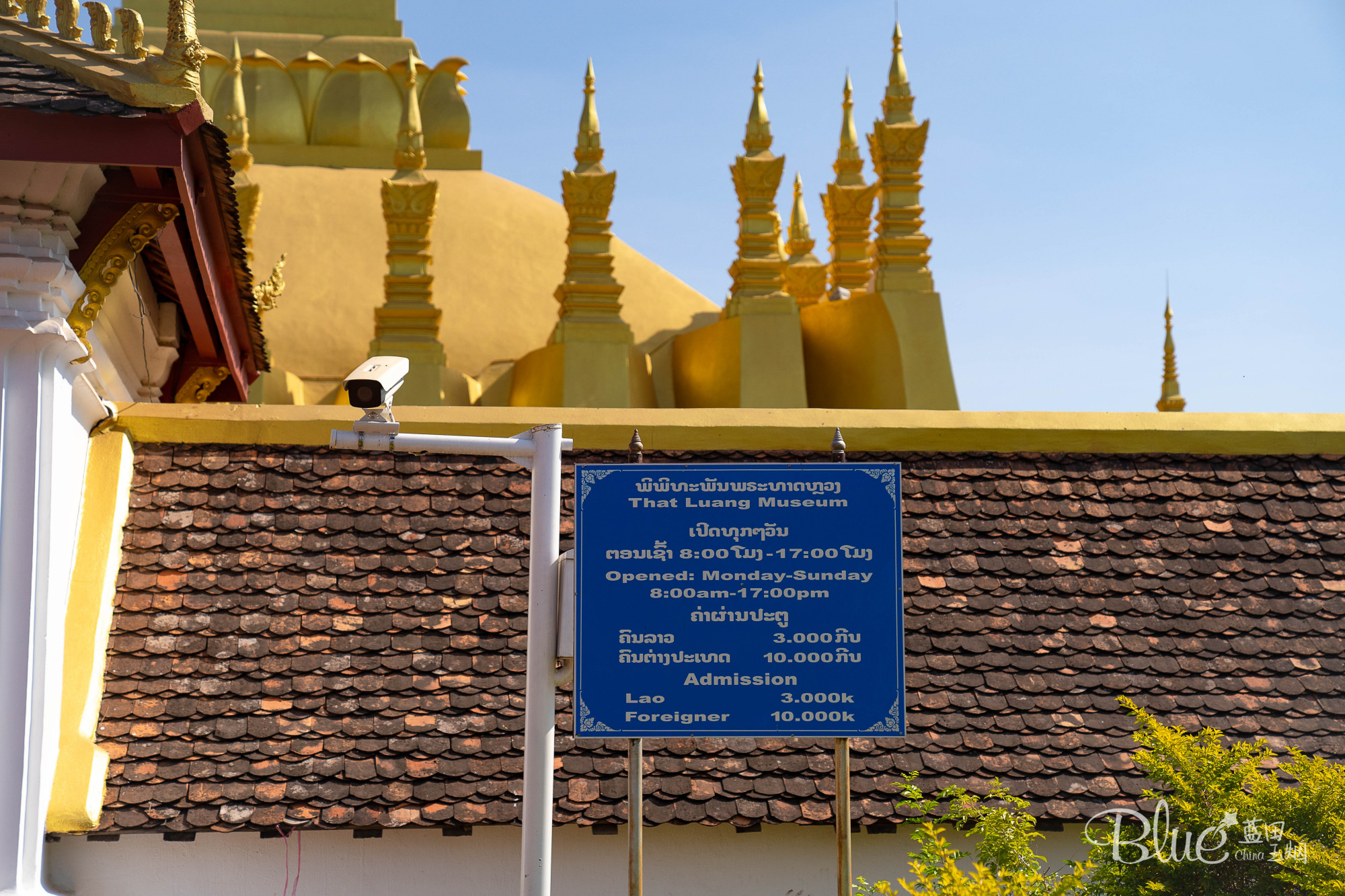 原创             去老挝万象,大金塔是不能错过的景点,还能看到漂亮新娘拍婚纱