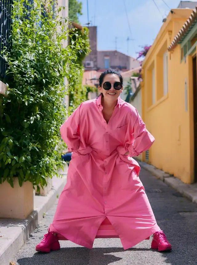 许晴为显嫩真够拼,一身粉色行走街头,肩宽体胖毫无少女感!