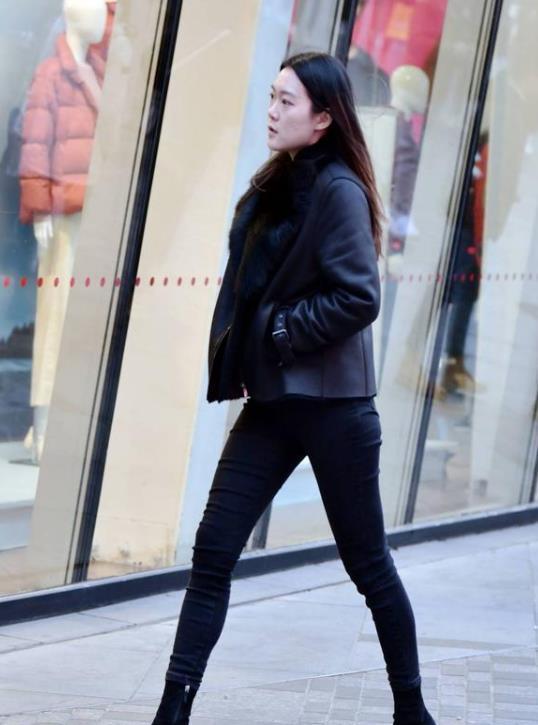 街拍:时尚感十足的美女,一件黑色背心配牛仔裤,青春活力气质范