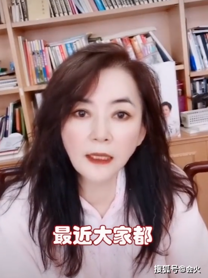 62岁霸王花胡慧中罕晒近况,保养得当状态佳,疑走出丈夫