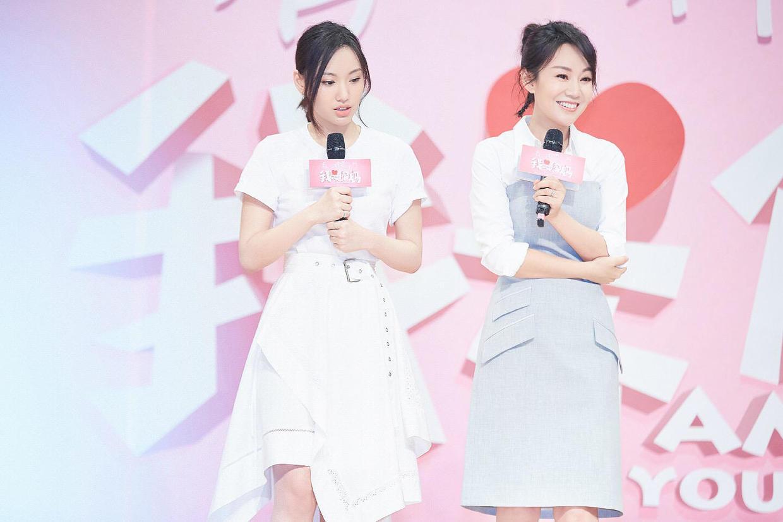 闫妮终于逆袭成功,白衬衫配蓝色抹胸裙减龄时髦,同框女儿似姐妹