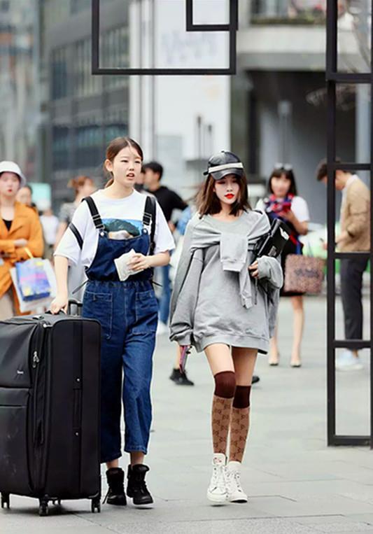街拍,等公交车的美女和颜值很高的逛街好闺蜜_穿着