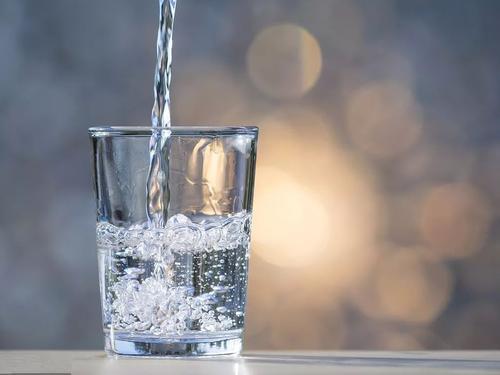 早上一杯淡盐水减肥吗图片