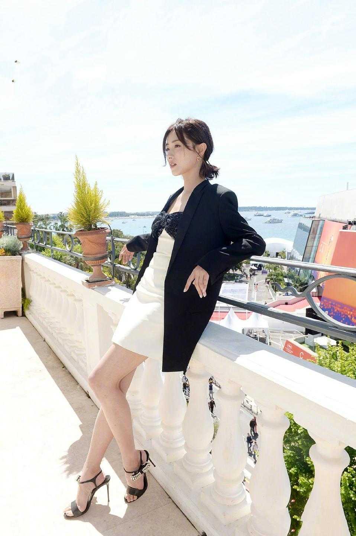 萬茜到底有多美?黑色西裝搭配抹胸裙知性瀟灑,甜美溫柔不失干練