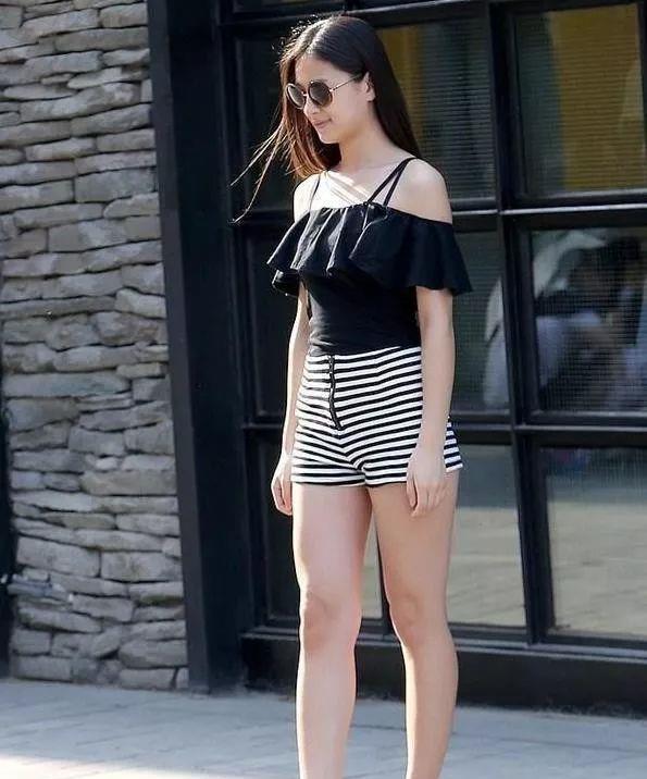 时尚街拍:图六美女穿这身清凉又时尚的服装,看起来美感十足
