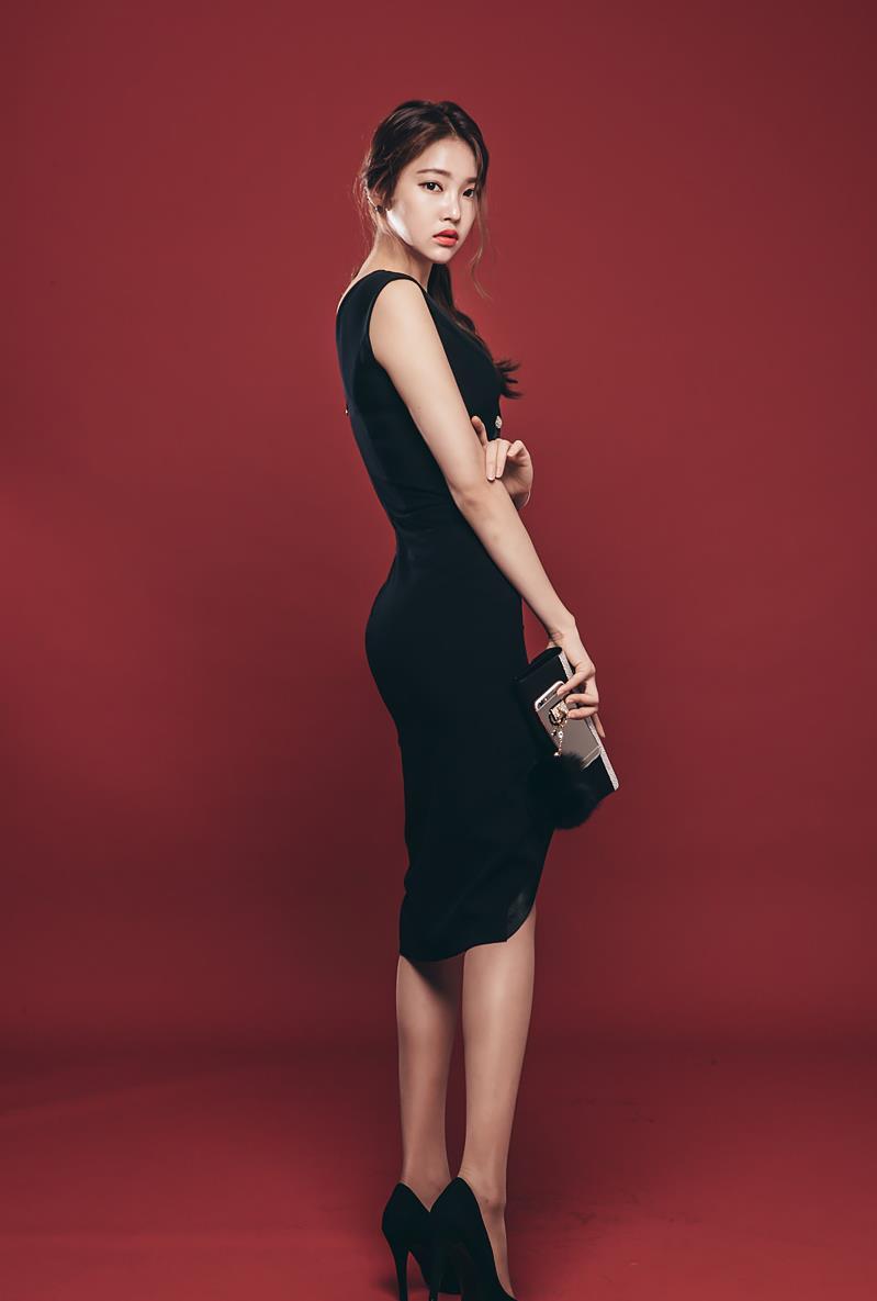 时尚街拍:小姐姐连衣裙,万树丛中一点美丽,黑色高贵非常好看