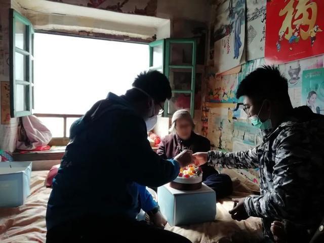 """暖心!蓬莱仙境爱心志愿者协会""""仙境蓝""""志愿者为90岁独居奶奶送上生日蛋糕!"""
