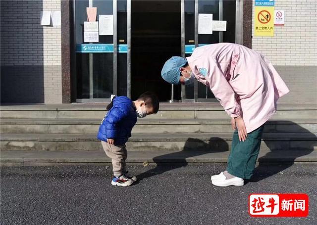 """""""谢谢护士妈妈!""""这个最萌鞠躬礼,让网友翻出一张老照片"""