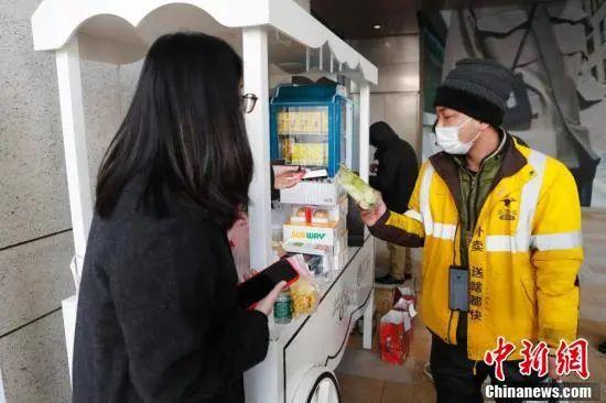 """暖心!上海办公楼下的""""特殊柜台"""" 外卖小哥免费领取食品"""