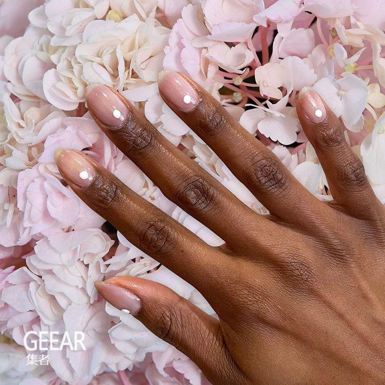 原创着重于柔和色彩、透薄质感的设计!今春流行这6款时尚美甲造型