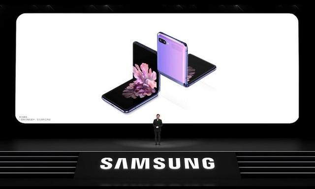 三星GalaxyZFlip首销火爆,华为当初为何放弃了这种翻盖折叠屏设计?