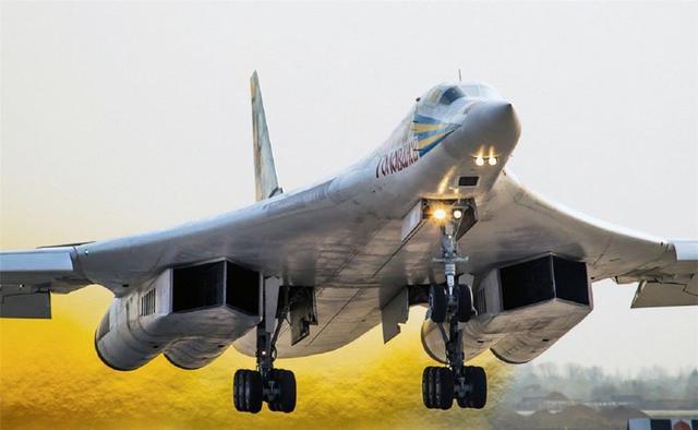 图为俄图160远程战略轰炸机