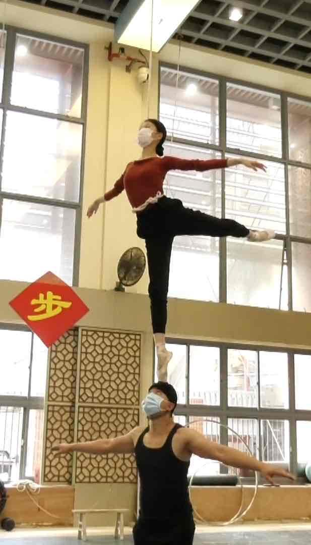 """""""杂技女神""""吴正丹线上直播:分享成名作""""肩上芭蕾""""创作历程"""