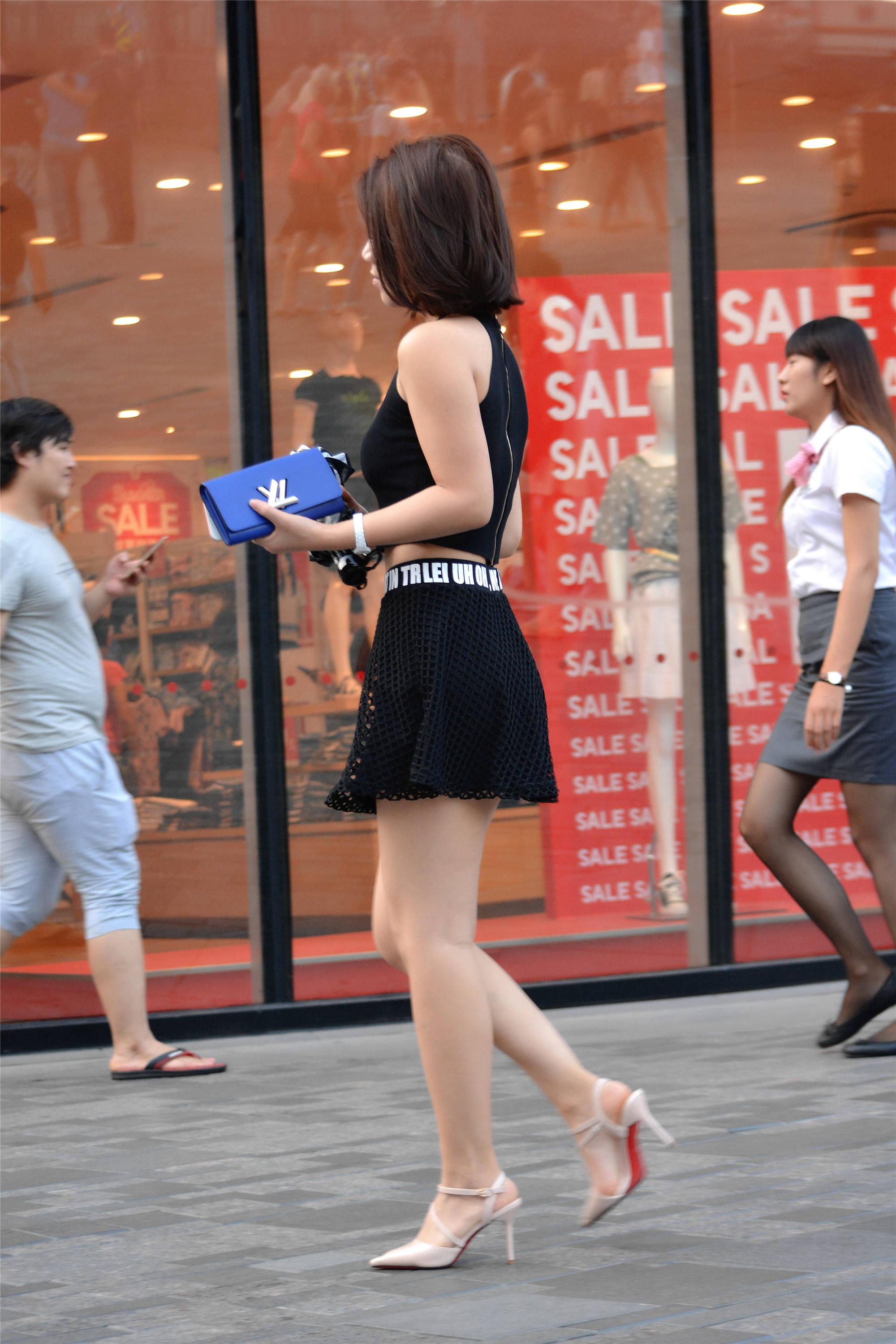 街拍:美女搭配黑色紧身小背心,一条黑色镂空短裙,时尚又漂亮!