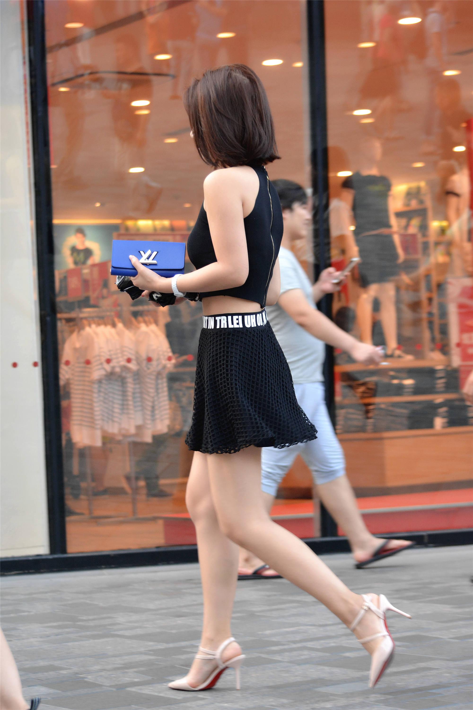 街拍:美女搭配黑色緊身小背心,一條黑色鏤空短裙,時尚又漂亮!