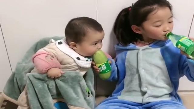 """""""别哭,爸妈问,你就说哥哥弄的""""疫情里,那些大娃带娃的贴心事"""