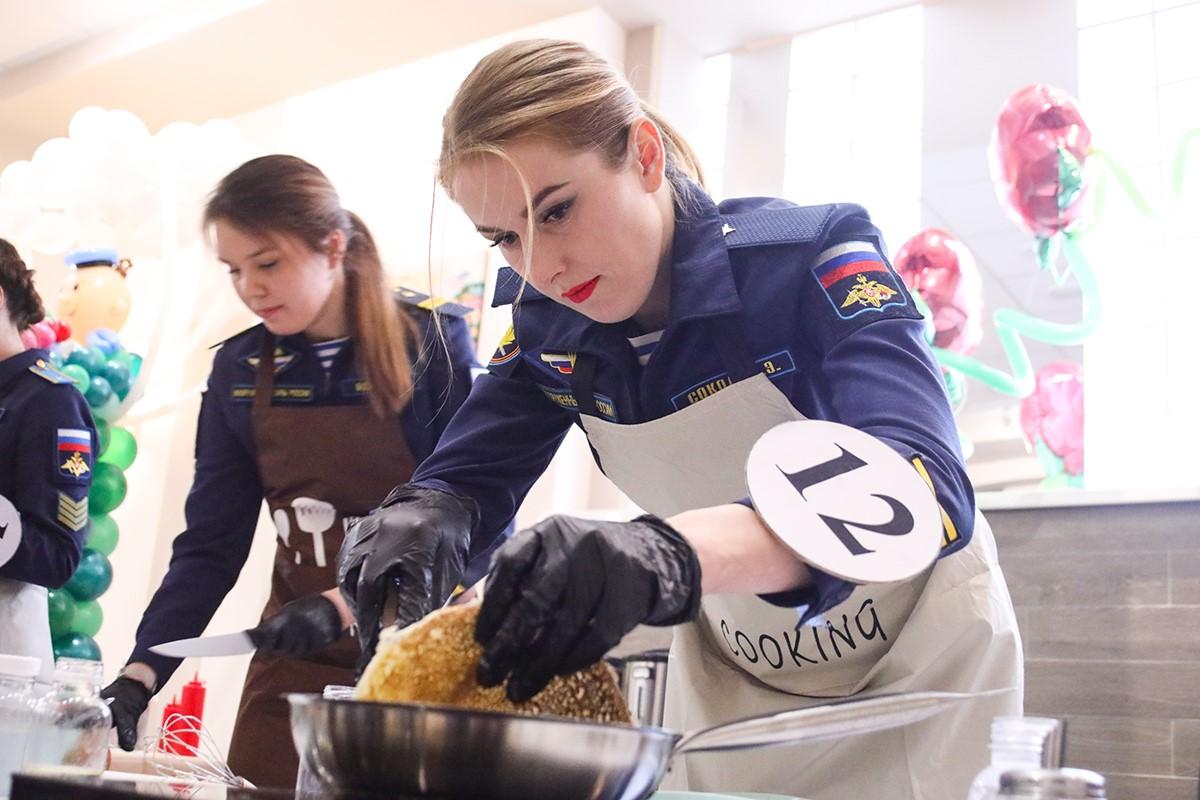 颜值和厨艺都很高:看俄空降部队女兵下厨做饭