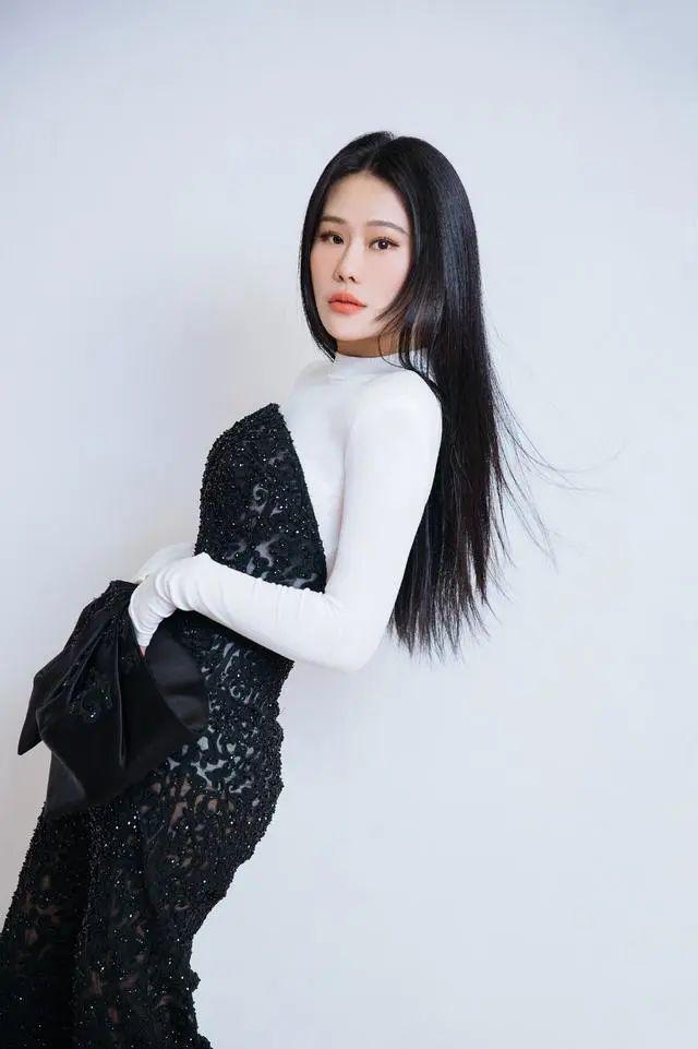 袁娅维紧身连体衣秀曼妙身材,黑白撞色大方得体,蝴蝶结很时尚