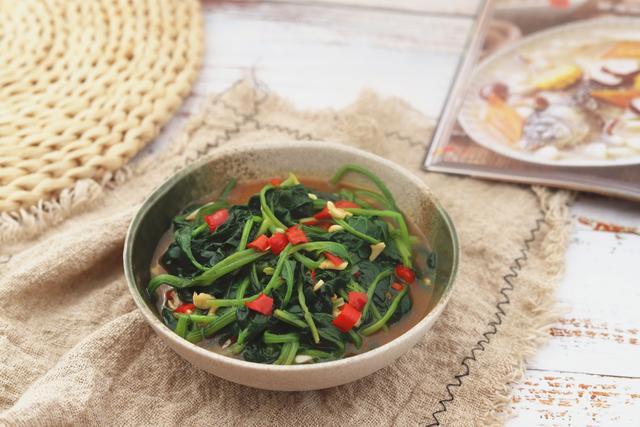 女人和孩子常吃菠菜,还不会上火,春天菠菜上的红根也很好吃,鲜香美味