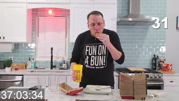 原创 美国男子胃口真大,一顿吃了32个汉堡,是别人一个星期的饭量