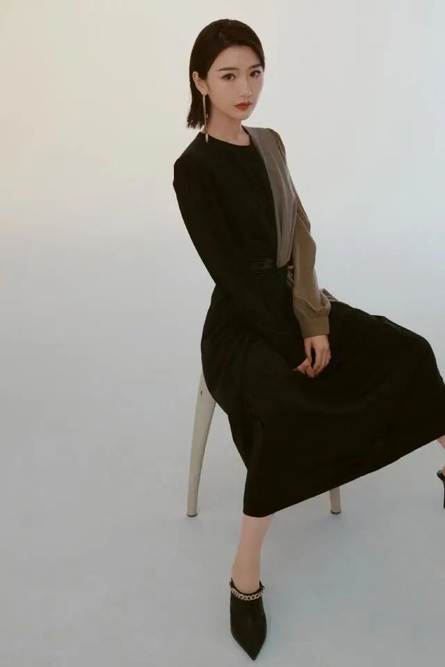 毛晓彤太撩了!束腰黑色长裙搭细高跟身材出众,小蛮腰成为亮点