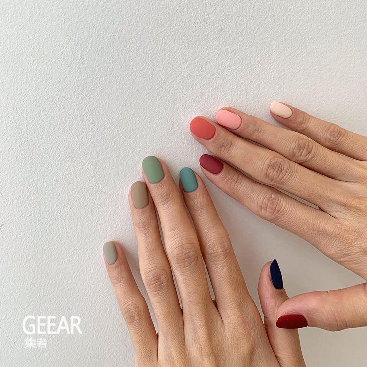 不需花巧图案!学会了颜色配搭就能DIY的素色美甲!
