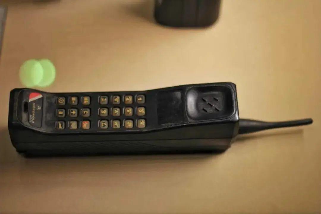 <b>半斤重的手机砸脸上   5G智能机华为苹果三星谁先秒杀大哥大?</b>