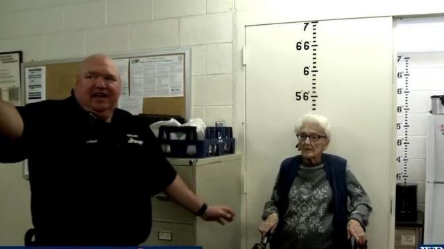 警方逮捕100岁的露丝,实现遗愿的布赖恩特大声喊道,我终于到过这里了
