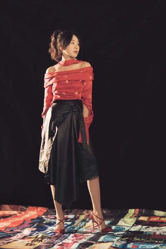 原创48岁闫妮少女心足!红色一字领上衣搭半身皮裙,和20岁小姑娘没差