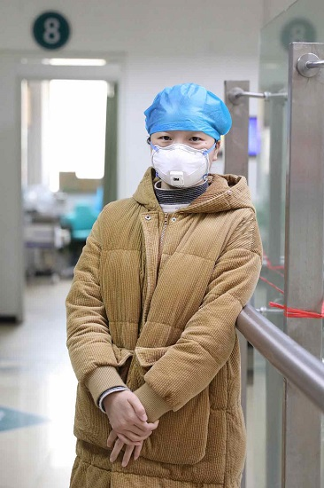 武汉插管敢死队女汉子:睡觉都要戴口罩,不怕感染风险就怕熊孩子