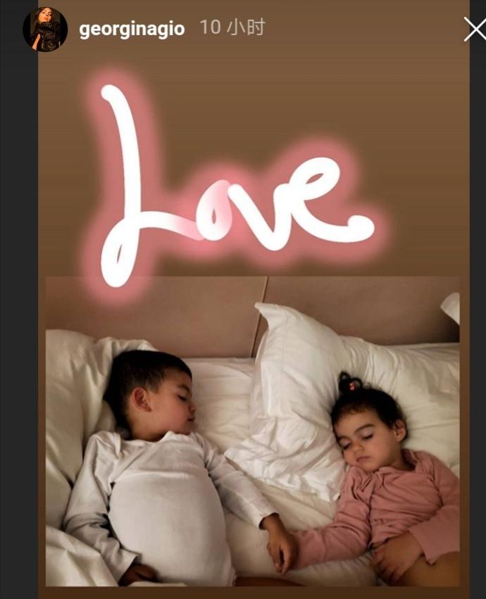 乔治娜晒有爱画面,俩宝宝手拉着手睡觉,球迷羡慕:C罗太幸福了
