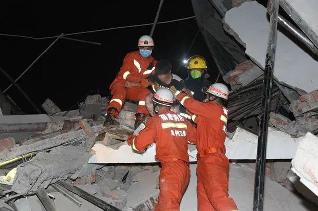 突发,酒店楼体全部坍塌,整幢倒塌,不容丝毫的麻痹大意,相关人员正在加紧搜救