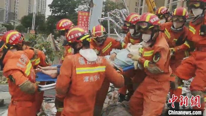 泉州塌樓救援現場:消防員接力生死8小時  一家三口成功獲救