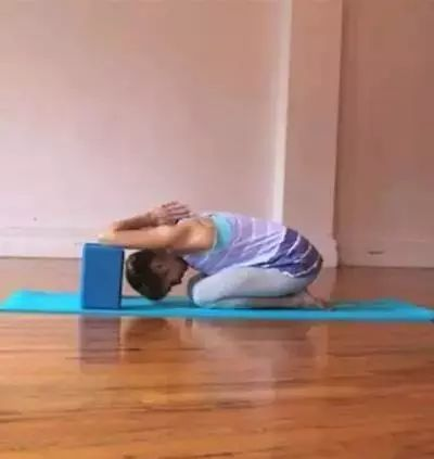 你脖子酸痛吗?7个瑜伽动作,缓解颈部紧张感。