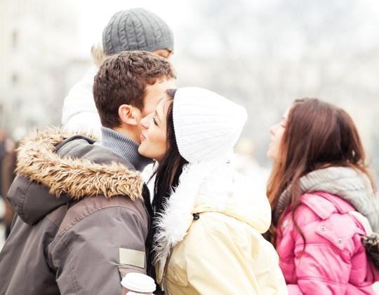 疫情下91%法国人继续行亲吻礼 网友:爱能超越一切?