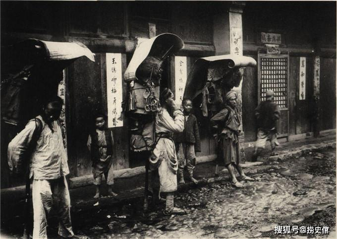 百年前的汉中景象,一队卫兵保卫着披绶带戴勋章的官员