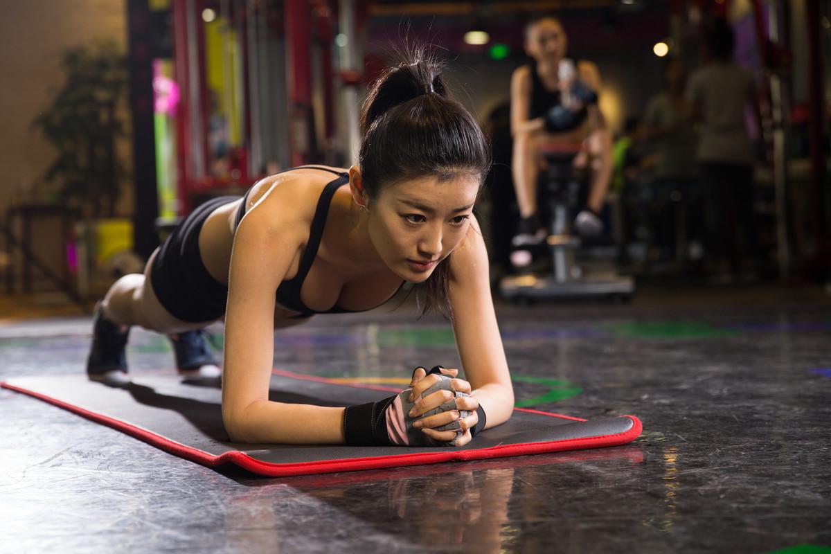 平板支撑能减肚子、练出腹肌吗?坚持平板支撑,会有这4个好处!