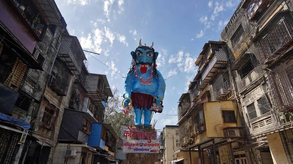 印度当街烧新冠病毒怪物塑像 印度这波抗疫太过硬核!
