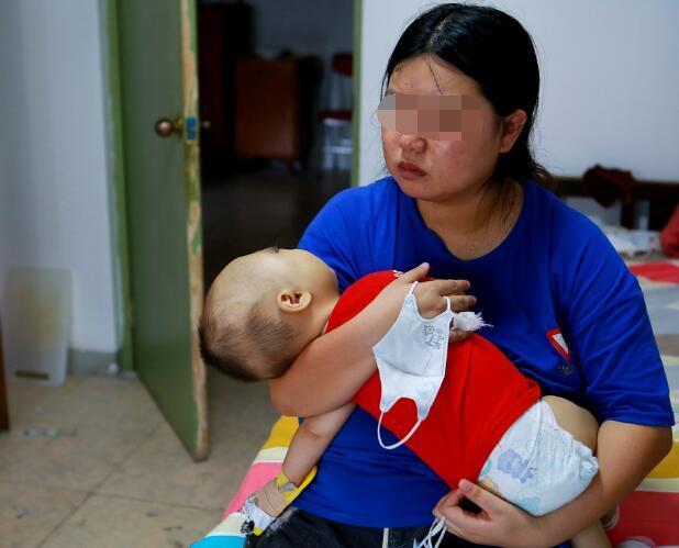 奶奶错误带娃方式,导致5个月大孩子脊柱变形,引以为戒