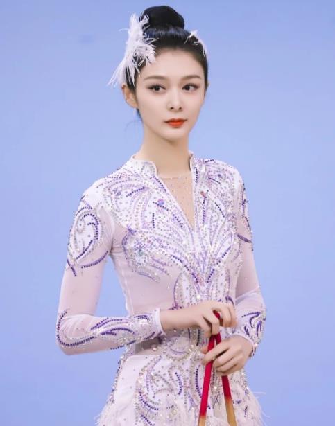 真的一白遮三丑?同样是穿艺术体操服,傅菁比吴宣仪白了两个色号