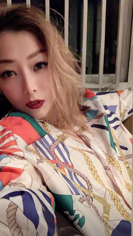 47岁郑秀文晒自拍妆容精致  性感妩媚太撩人