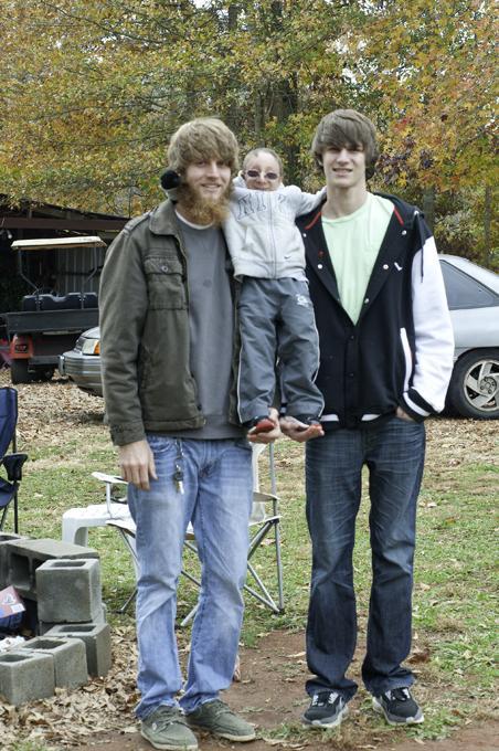 原创 美国76厘米小矮人度过28岁生日,有俩一米九几的弟弟谁敢欺负他