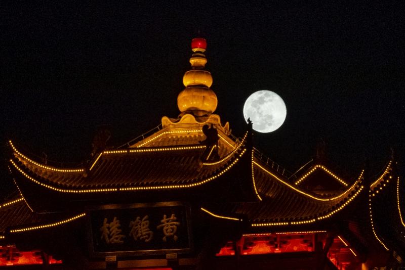 """天涯共此时,""""超级月亮""""挂上武汉黄鹤楼"""