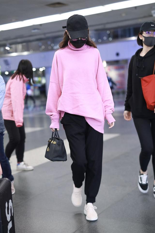 唐嫣时尚感有多强?粉色卫衣配小黑裤也能慵懒随性,堪称穿搭模板