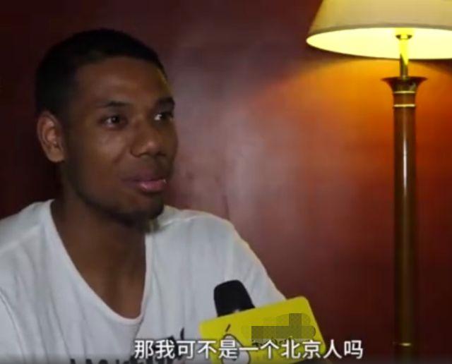 男篮混血选手和妈妈是中国籍,父亲是非洲人,中国女友夸他上进