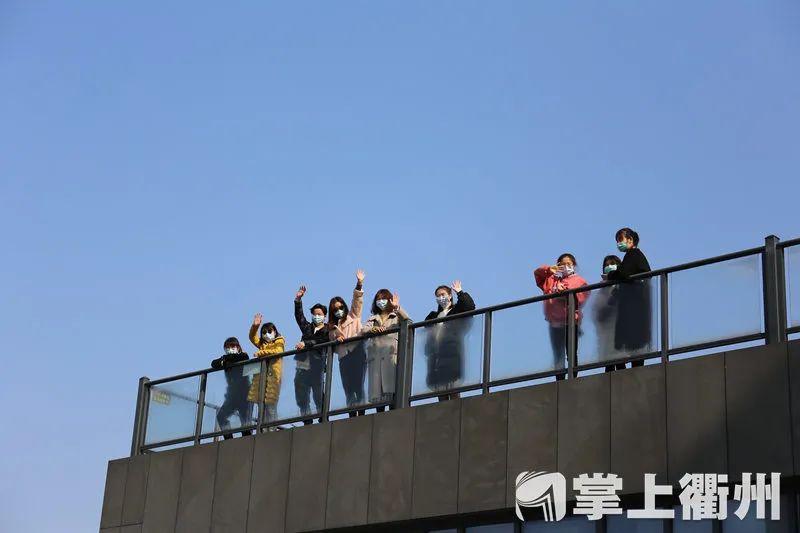 这个拥抱等了41天!今天,衢州首批隔离病房的医护人员回家
